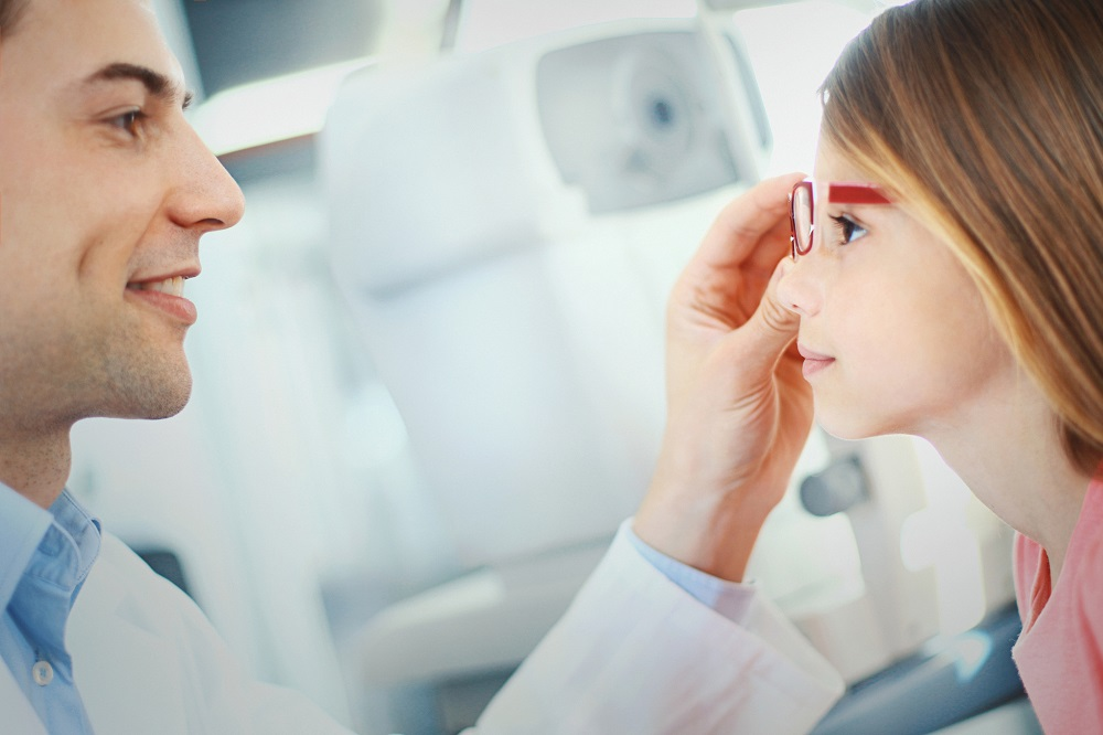 Kiedy udać się z dzieckiem na pierwszą wizytę u okulisty?